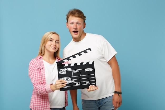 Joven pareja divertida dos amigos chico y mujer en camisetas rosas blancas posando