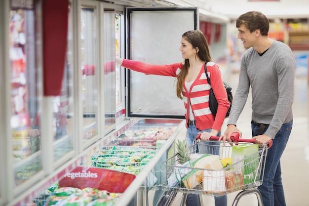Una joven pareja eligiendo productos