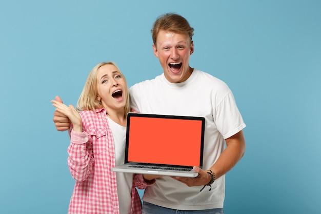 Joven pareja emocionada dos amigos hombre y mujer en camisetas rosas blancas posando