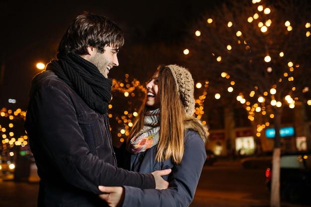 Joven pareja enamorada al aire libre