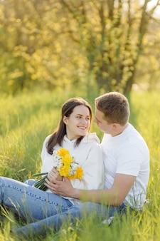 Una joven pareja enamorada camina por el bosque, pasando un buen rato juntos