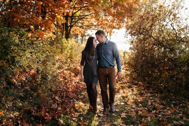 Joven pareja enamorada. una historia de amor en el parque forestal de otoño.
