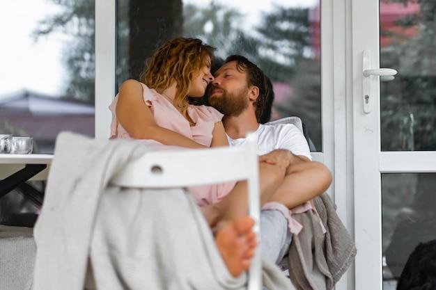 Joven pareja enamorada en la terraza de su casa.