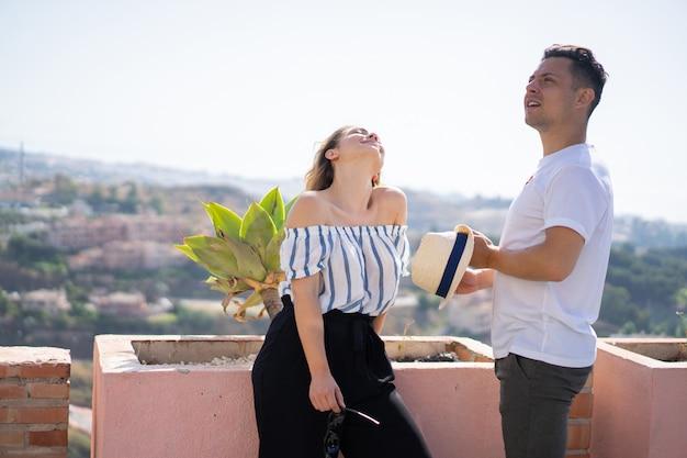 Joven pareja enamorada de vacaciones