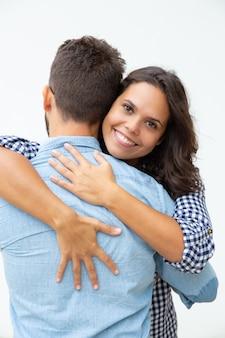 Joven pareja de enamorados abrazándose