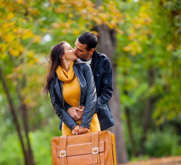 Joven pareja de enamorados besándose en la temporada de otoño al aire libre