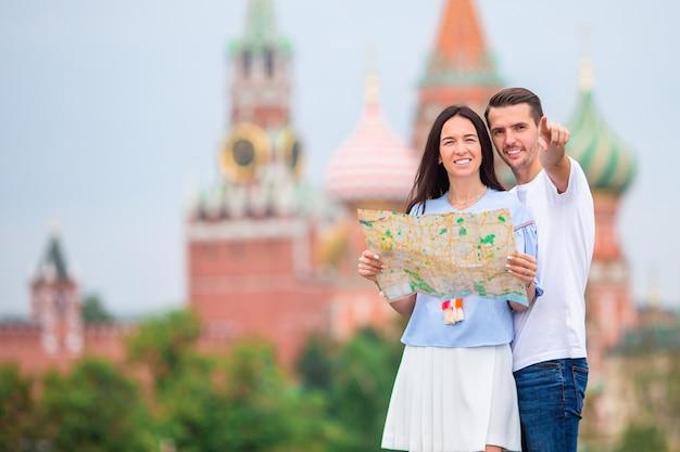 Joven pareja de enamorados caminando en la ciudad de la iglesia de san basilio