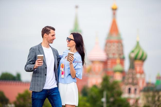 Joven pareja de enamorados caminando en el fondo de la ciudad iglesia de san basilio