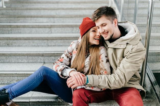 Joven pareja de enamorados en las escaleras