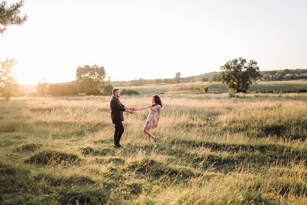 Joven pareja de enamorados paseando por el parque
