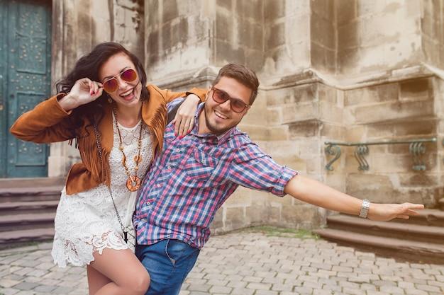 Joven pareja de enamorados posando en el casco antiguo