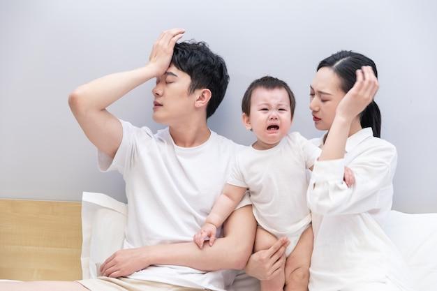Joven pareja estresada con un bebé que llora
