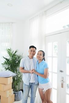 Joven pareja étnica en nueva inmobiliaria