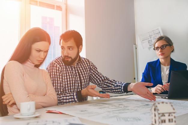Joven pareja familiar compra alquiler propiedad inmobiliaria
