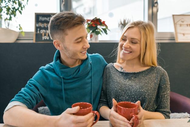 Joven pareja feliz en el amor en la cafetería
