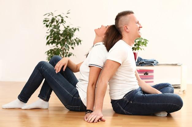 Joven pareja feliz en casa