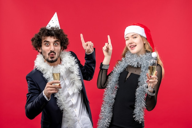 Joven pareja feliz celebrando la fiesta de amor de navidad de año nuevo