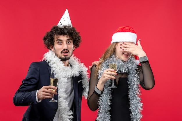Joven pareja feliz celebrando las vacaciones de año nuevo amor de navidad