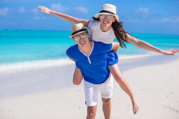 Joven pareja feliz divertirse en vacaciones en el caribe