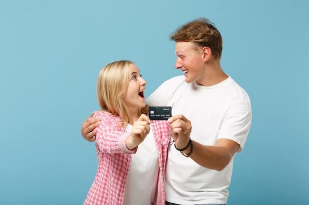 Joven pareja feliz dos amigos chico y mujer en blanco rosa camisetas en blanco vacías posando