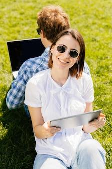 Joven pareja feliz en el parque