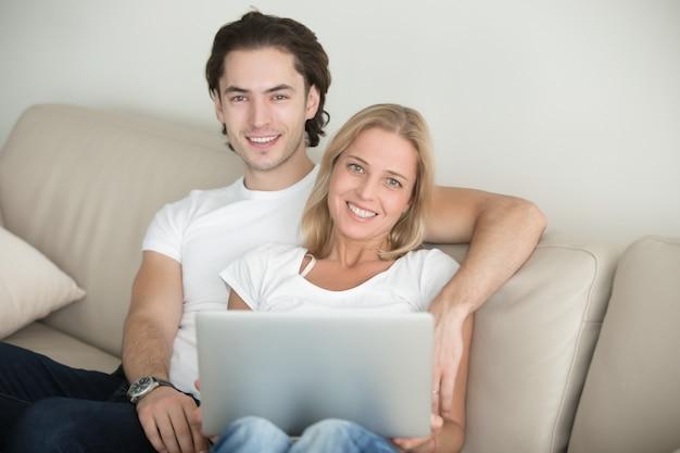 Joven pareja feliz en la sala de estar