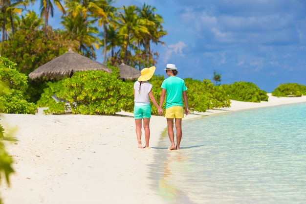 Joven pareja feliz durante tropical
