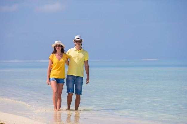 Joven pareja feliz durante vacaciones en la playa tropical