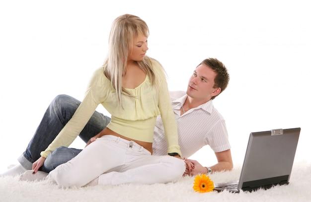 Una joven pareja feliz