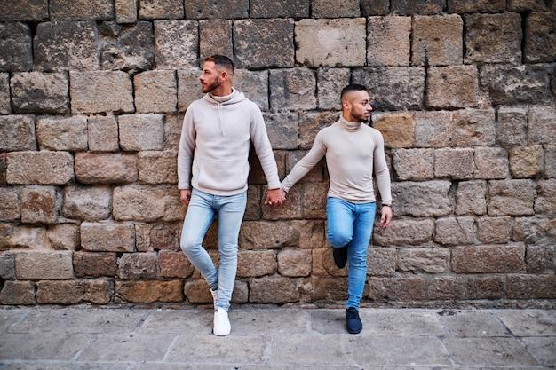 Una joven pareja gay en barcelona - concepto gay