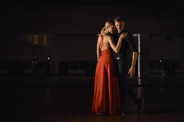 Joven pareja hermosa bailando con pasión
