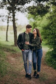 Joven pareja hermosa en el bosque juntos