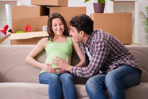 Joven pareja de hombre y mujer embarazada esperando bebé