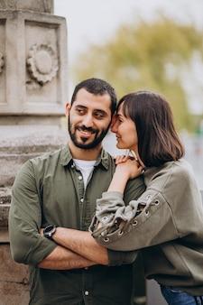 Joven pareja internacional juntos en el parque