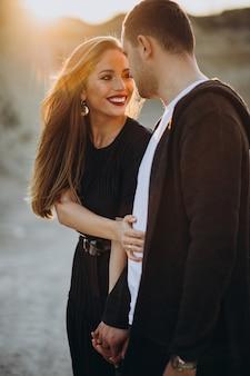 Joven pareja juntos en el parque, historia de amor