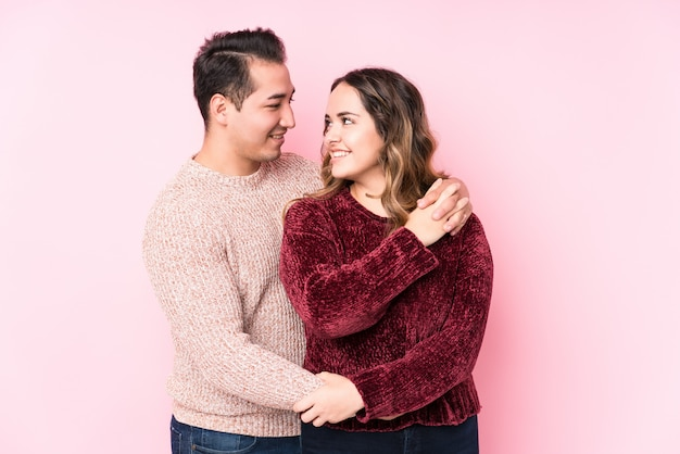 Joven pareja latina enamorada