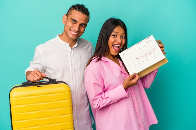Joven pareja latina va a viajar aislado sobre fondo azul.