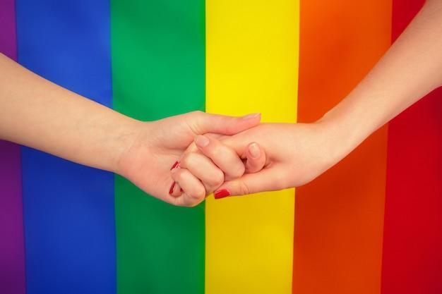 Joven pareja de lesbianas en color