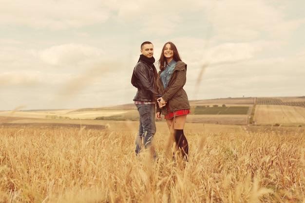Joven pareja moderna con estilo al aire libre. joven pareja romántica en el amor al aire libre en el campo