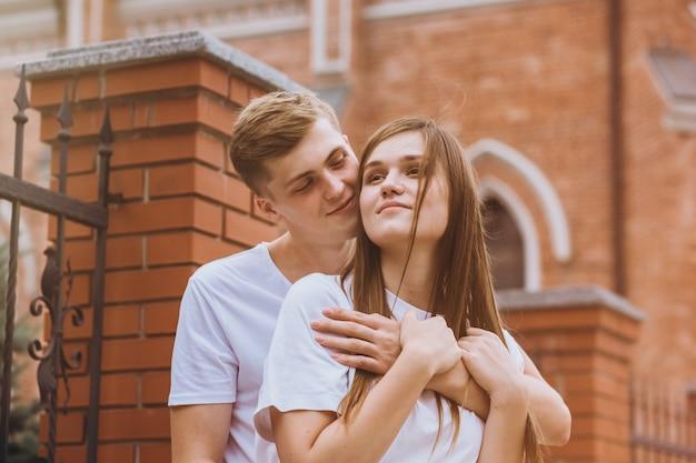 Una joven pareja pasea por la ciudad.