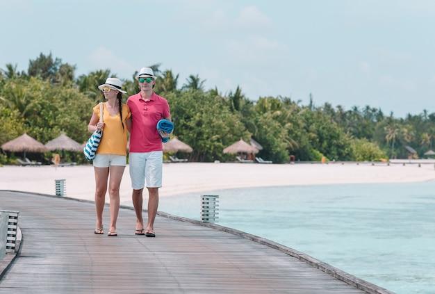Joven pareja en la playa blanca durante las vacaciones de verano.