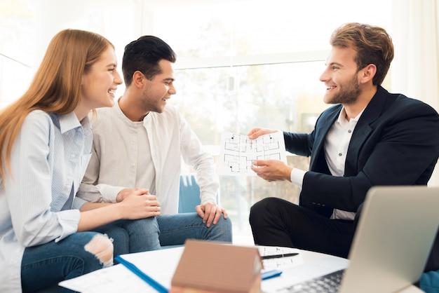 Joven pareja en una reunión con un agente de bienes raíces.