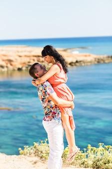 Joven pareja romántica en la playa