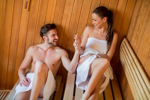 Joven pareja en la sauna