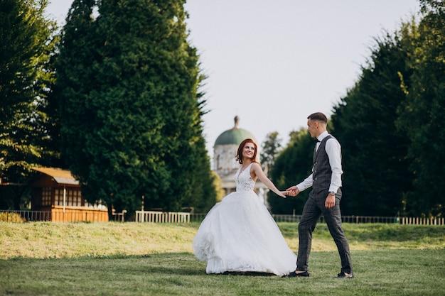 Joven pareja sesión de fotos de matrimonio afuera
