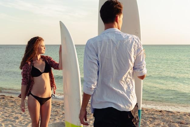 Joven pareja de surfistas
