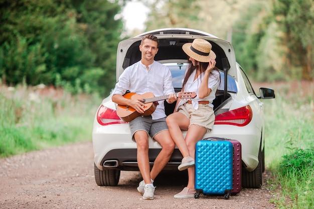 Joven pareja turista disfrutando en vacaciones de verano