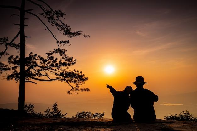 La joven pareja viajando en la alta montaña