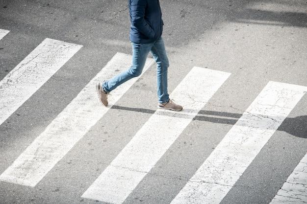Joven en paso de peatones