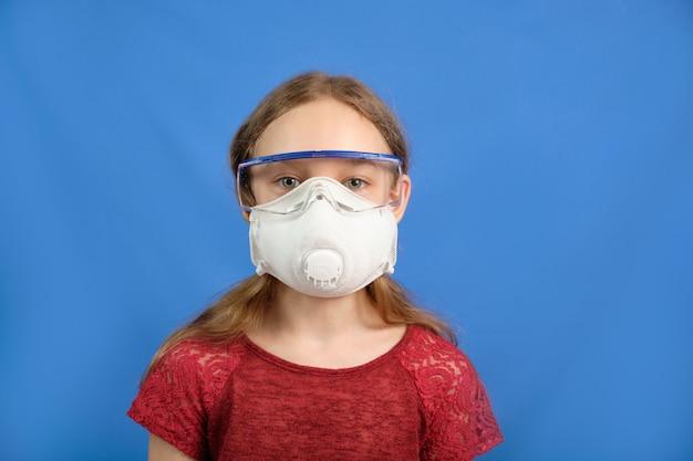 Joven de pelo largo en una máscara médica protectora